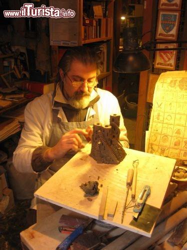 artigiano al lavoro in orvieto il borgo medievale