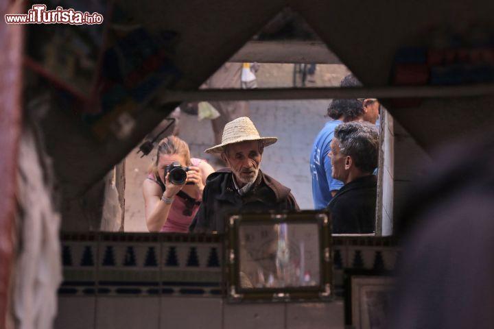 Autoscatto allo specchio nel souk di marrakech foto - Foto allo specchio ragazzi ...