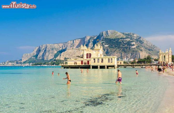 Matrimonio Spiaggia Mondello : Bagnanti sulla spiaggia di mondello a palermo foto
