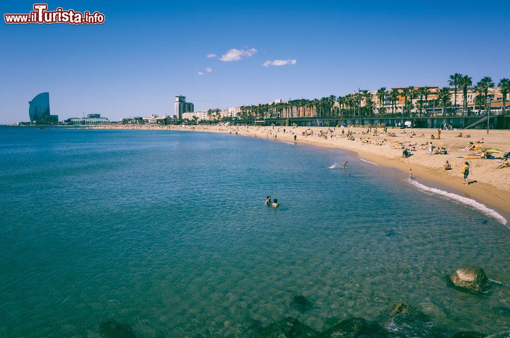 Barceloneta la grande spiaggia di barcellona foto for Alberghi barcellona sul mare