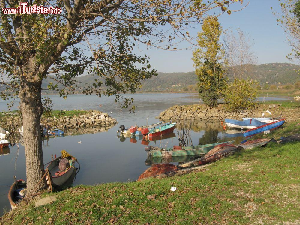 Barche da pesca sul lago trasimeno a torricella for Casetta sul lago catskills ny