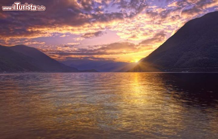 Brienno lombardia tramonto sul lago di como foto for Casetta sul lago catskills ny
