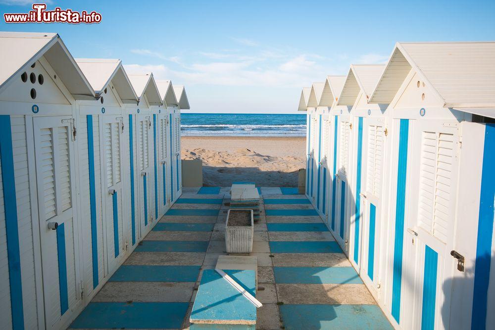 Cabine in legno sulla spiaggia di pesaro marche for Cabine di legno di whitetail