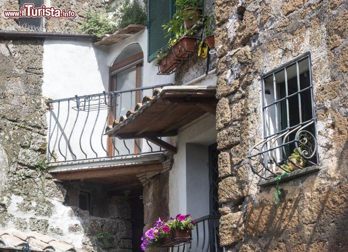 Casa con pietre in tufo all 39 interno foto corchiano - Pietre per interno casa ...
