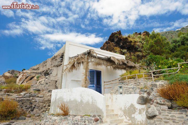 Casa costruita nella roccia a alicudi sicilia foto for Casa costruita