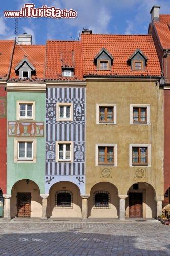 Particolare delle case colorate a poznan polonia - Facciate di case colorate ...