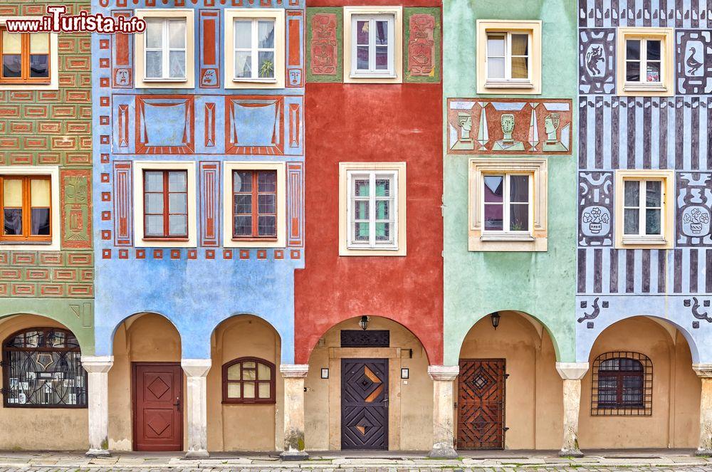 Case colorate sulla piazza del vecchio mercato foto for Case in stile nord ovest pacifico