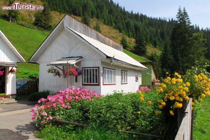 Case In Legno Romania : Tradizionali casette in legno nelle campagne foto suceava