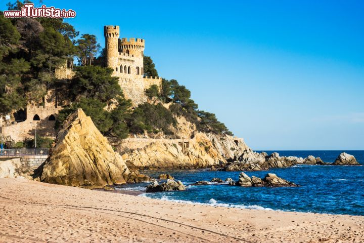 il castell de sa caleta che si affaccia sull 39 omonima foto lloret de mar. Black Bedroom Furniture Sets. Home Design Ideas