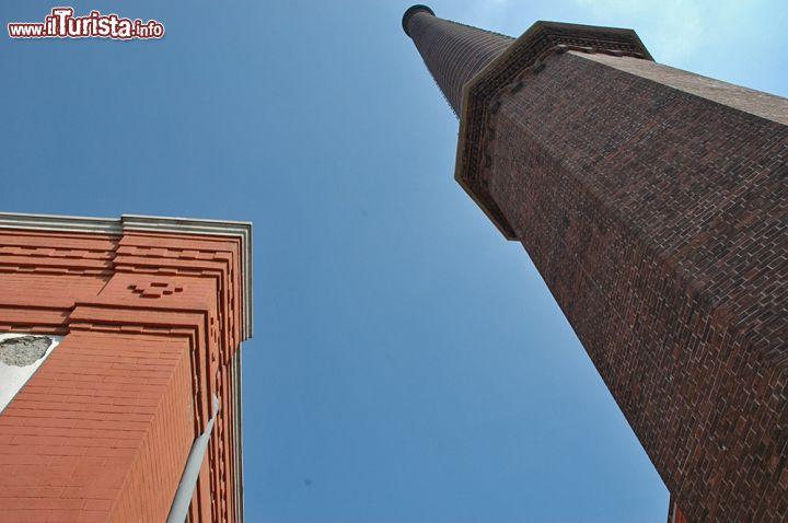 Dettaglio della ciminiera del cotonificio crespi for Edificio di 10000 piedi quadrati
