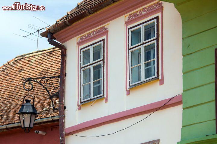 Il dettaglio di una casa in legno a turda in foto turda for Case in legno romania