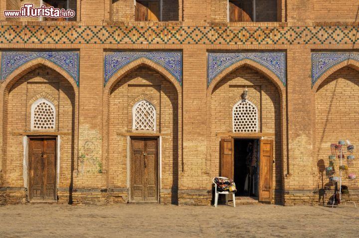 Facciata di una casa storica a khiva in uzbekistan - Facciata di una casa ...