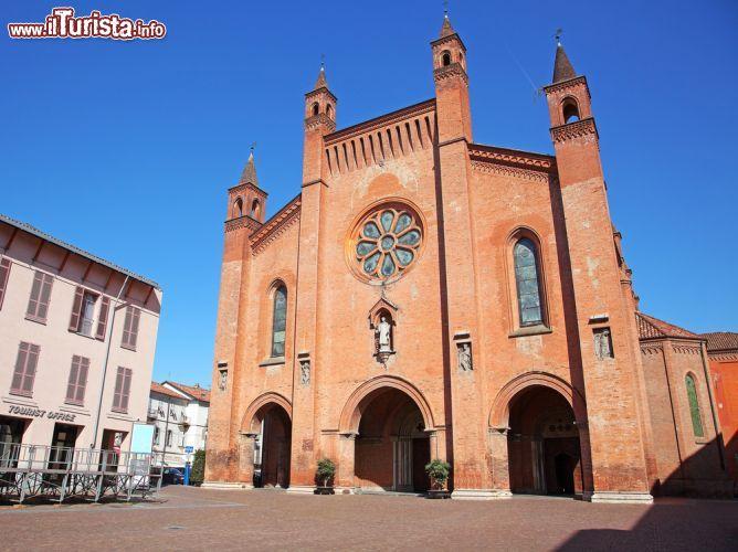 Facciata della cattedrale di alba piemonte foto alba for Arredamenti cuneo e provincia