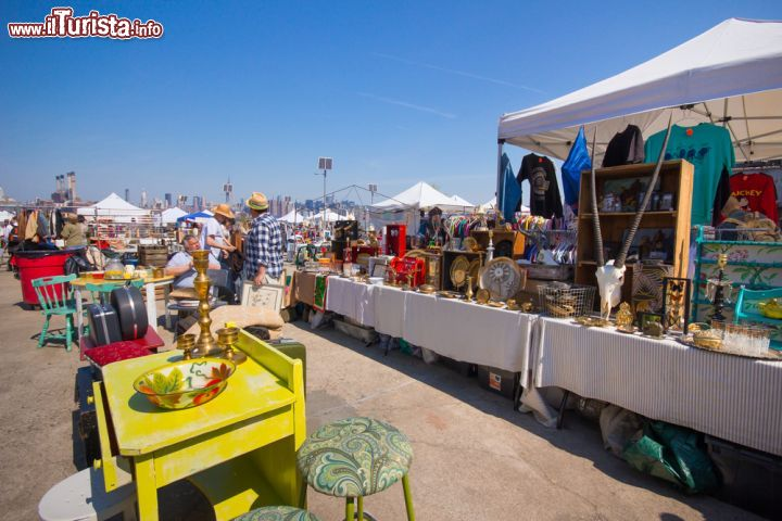 Immagine Artists & Fleas il mercato delle pulci a Williamsburg nell'East River State Park di Brooklyn a New York City  - © littleny / Shutterstock.com