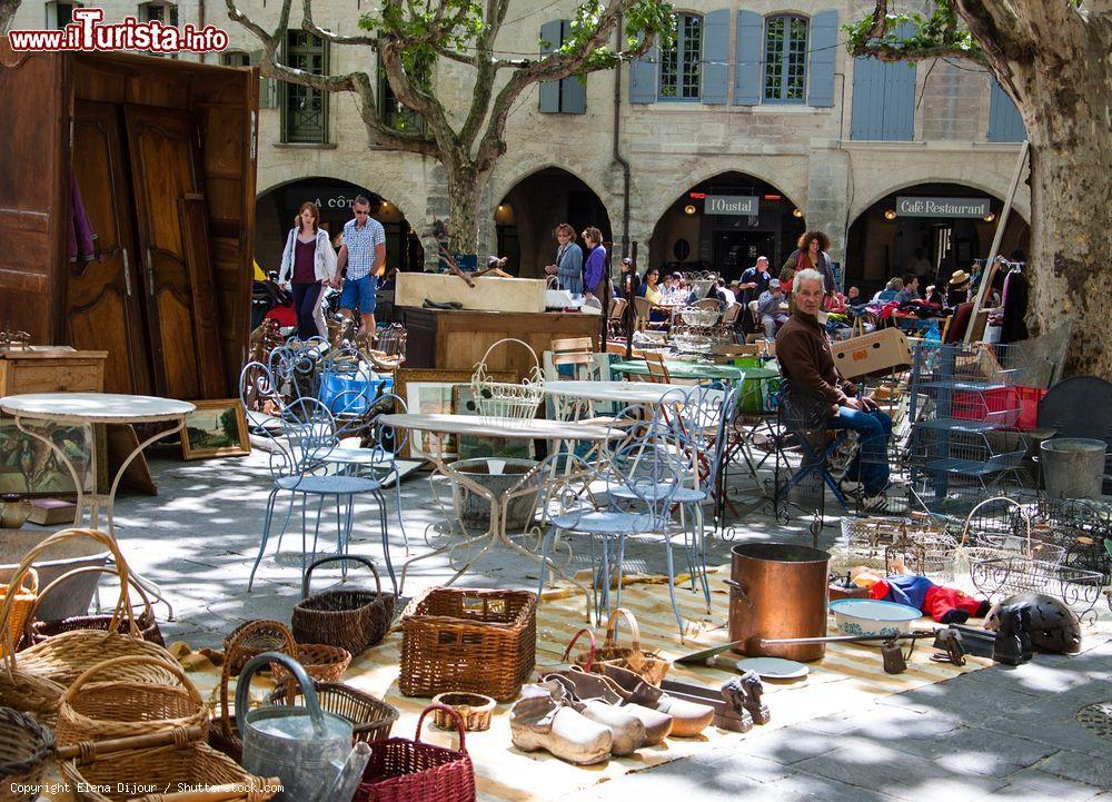 Gente al mercatino delle pulci a uzes francia foto - Mercadillos de segunda mano barcelona ...