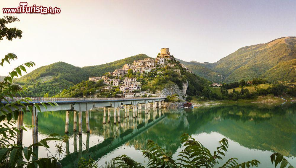 Castel di Tora, visita al borgo sul lago del Turano | Guida e foto