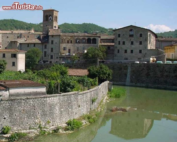 Il borgo di sant 39 angelo in vado sul fiume foto sant for Marini arredamenti sant angelo in vado