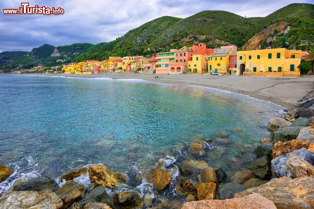 Matrimonio Spiaggia Varigotti : Varigotti liguria la spiaggia dei saraceni e il borgo