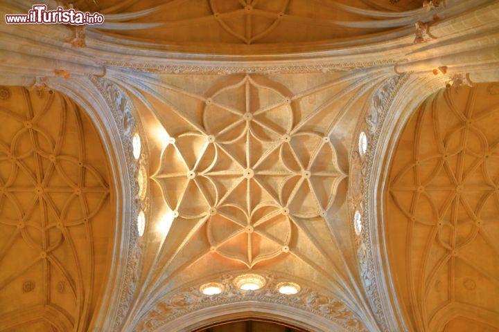 Il dettaglio di una decorazione nel soffitto foto for Soffitto della cattedrale di legno