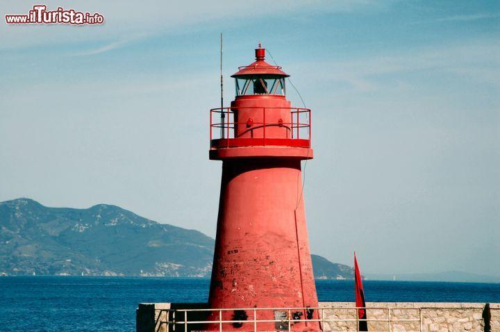 Il faro rosso del porto dell'isola del GIglio, Foto
