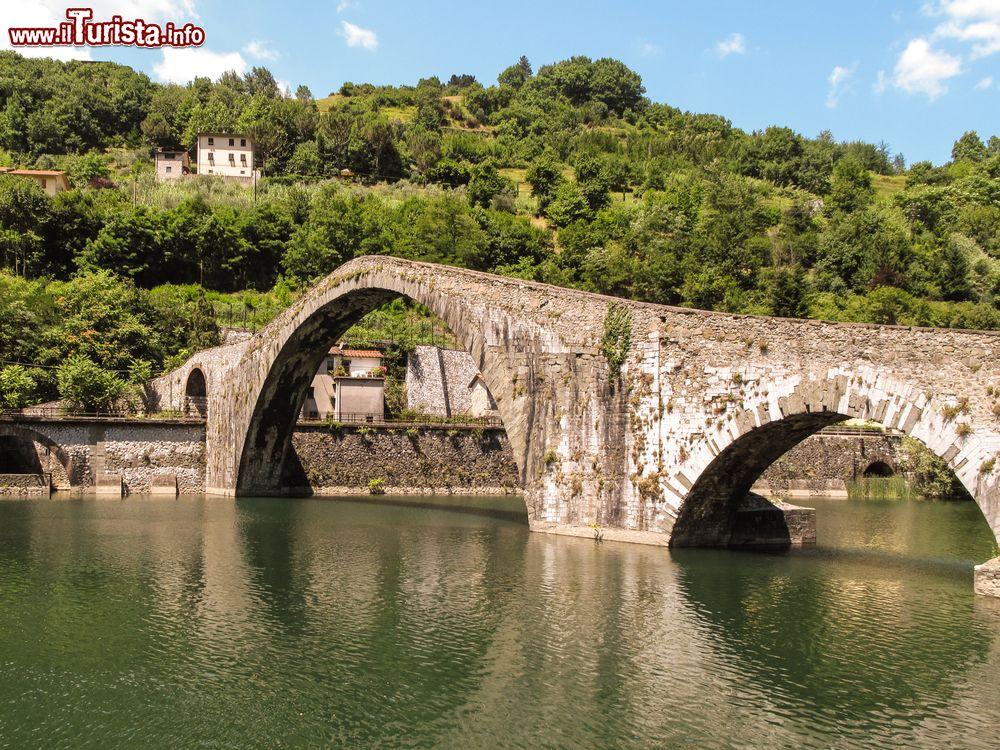 Il ponte a schiena d 39 asino di bagni di lucca foto for Disegni di ponte anteriore
