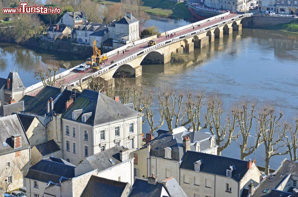 Il ponte sul fiume vienne a chinon in francia foto chinon - Il giardino sul fiume ...