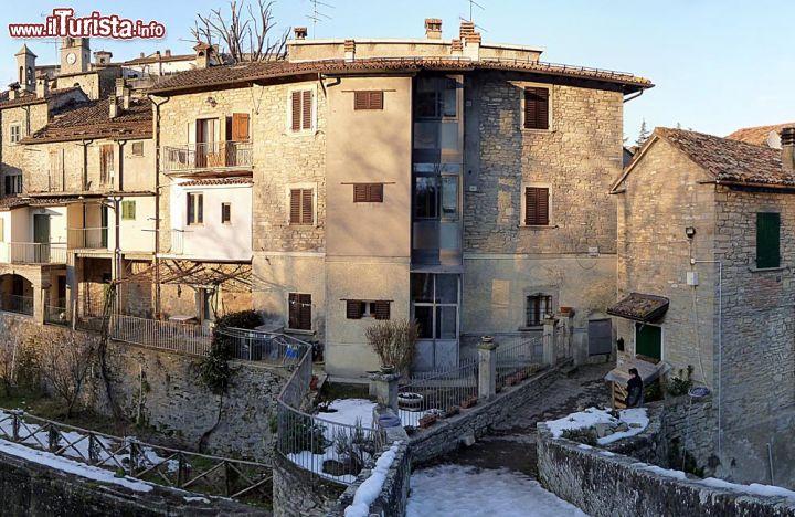 Ingresso del borgo di portico valle fiume montone for Disegni del portico laterale
