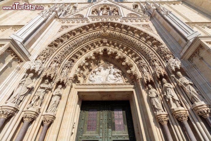 ingresso della cattedrale di zagabria croazia foto