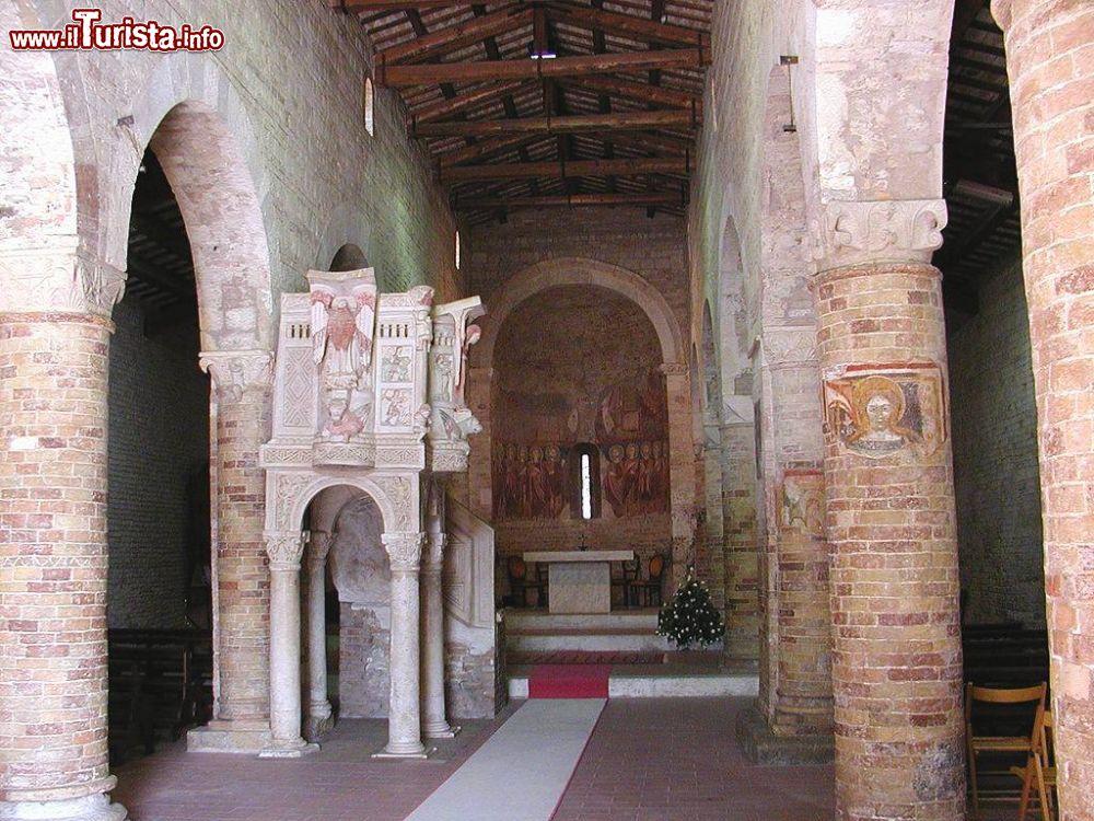 Interno della chiesa di santa maria del lago foto for Interno chiesa