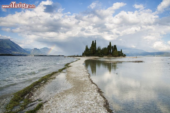 La piccola isola di san biagio sul lago di garda for Casetta sul lago catskills ny