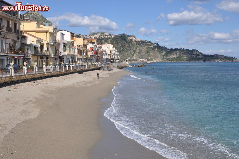 Spiaggia di giardini naxos sicilia u foto editoriale stock