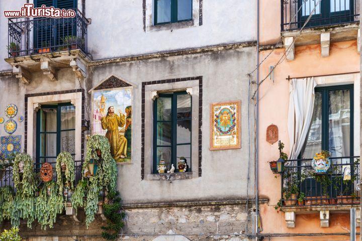 La facciata decorata di una tradizionale abitazione - Facciata di una casa ...