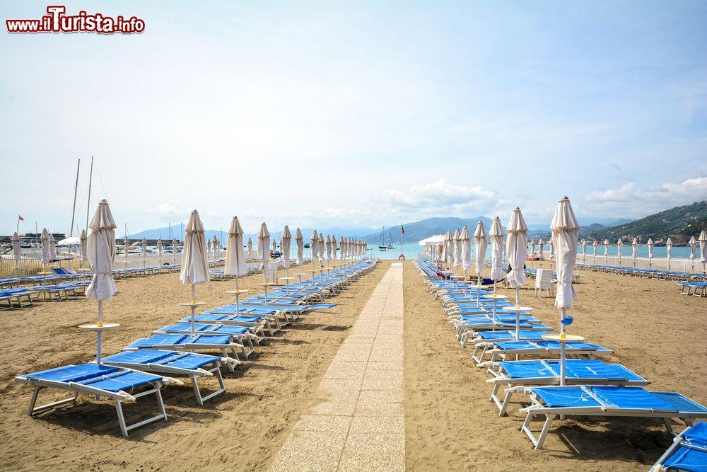 Matrimonio Spiaggia Sestri Levante : Le spiagge più belle della liguria