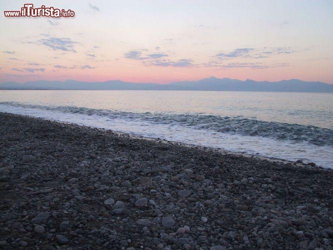 La spiaggia a ciottoli di rossano calabro sul foto - Immagini da colorare la spiaggia ...