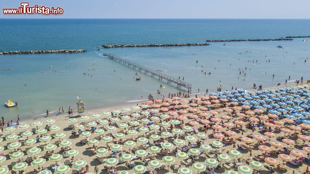 Matrimonio Sulla Spiaggia Emilia Romagna : Riccione estate tra spiaggia mare terme e discoteche