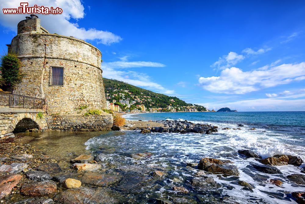 Matrimonio Spiaggia Alassio : La torre saracena sulla spiaggia di alassio in foto