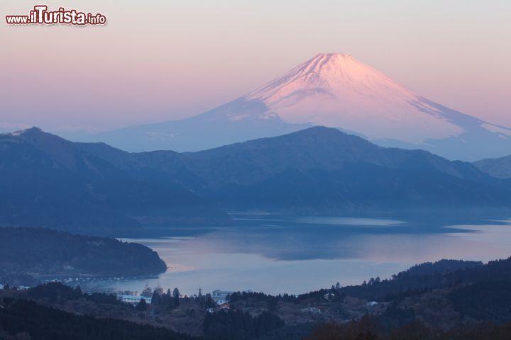 Panorama invernale sul lago ashinoko e fujiyama foto for Casetta sul lago catskills ny