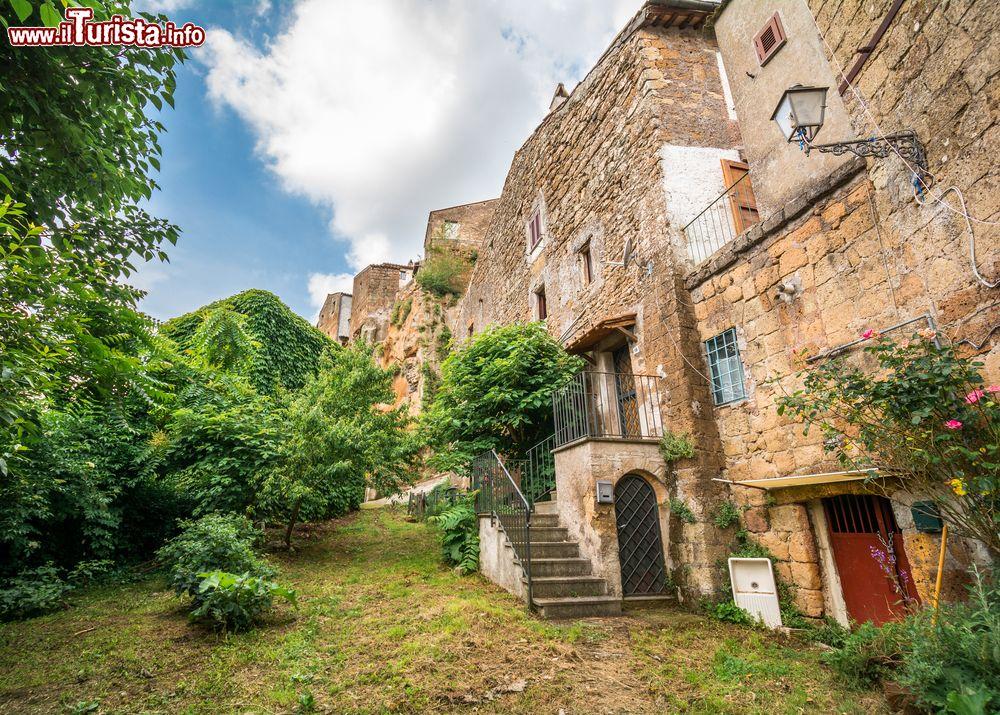 Le case antiche del borgo hippy di calcata nel foto for Foto di case