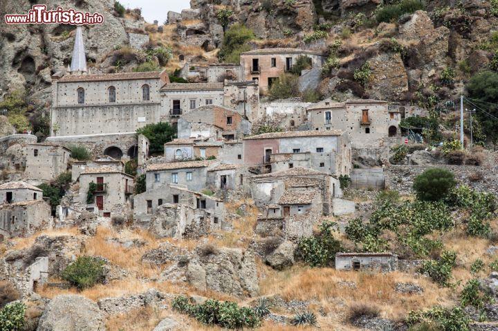 Le case antiche del centro di pentedattilo belfry for Foto di case antiche