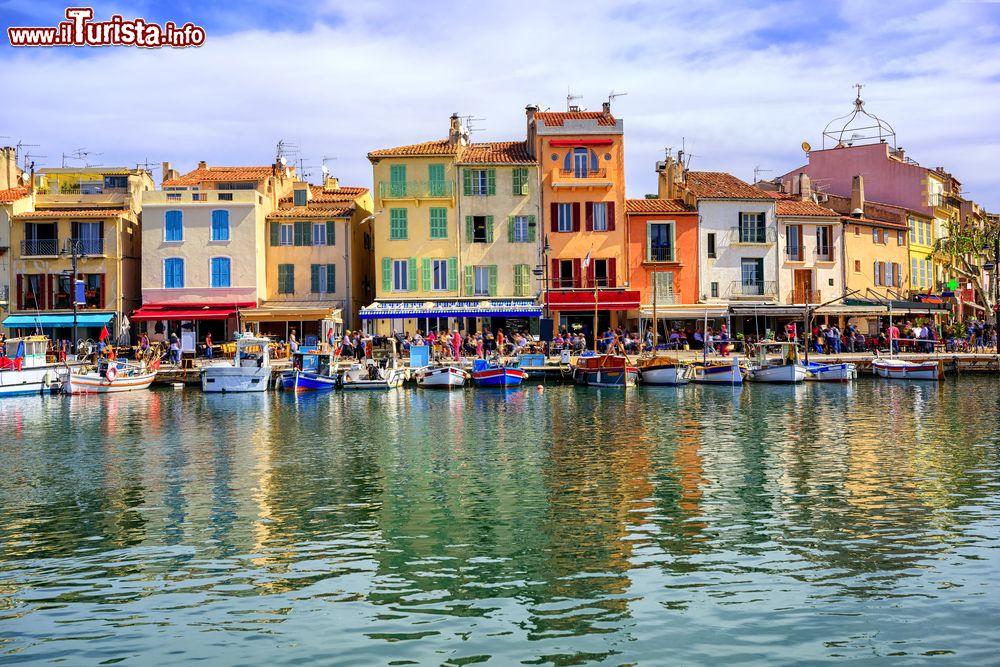 Le case colorate del porto di cassis in costa foto for Foto di ville colorate