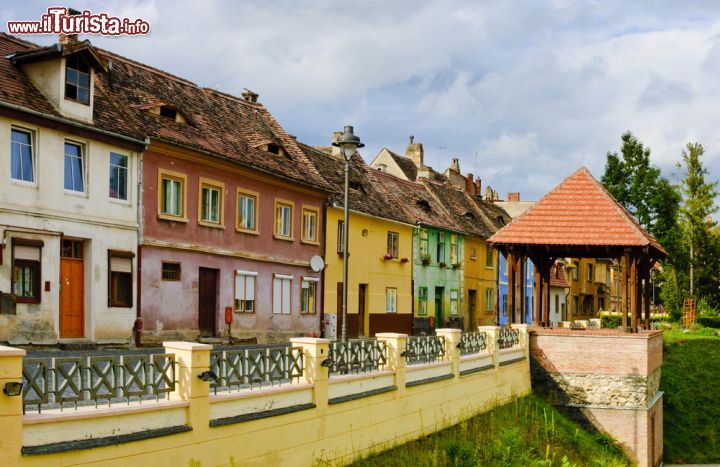 Case colorate a sibiu romania facciate variopinte - Facciate di case colorate ...