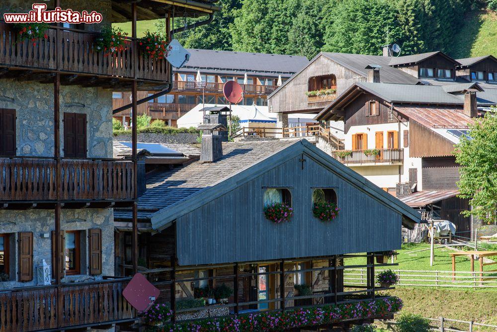 Le case in pietra e legno del borgo friulano foto sauris for Case in pietra e legno