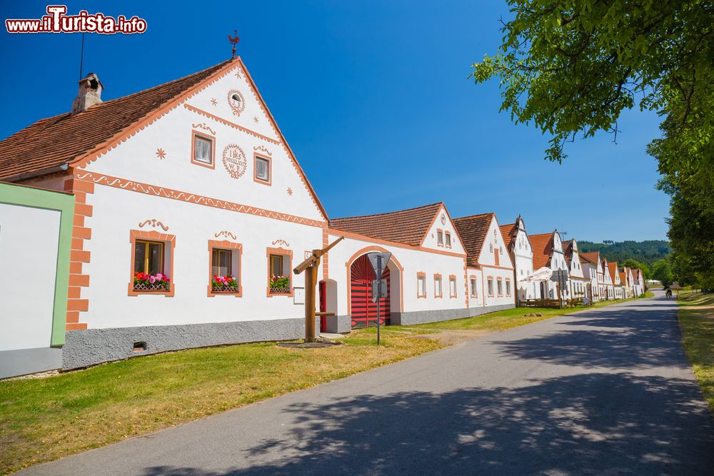Cheap immagine le case rustiche di holasovice un villaggio for Case rustiche foto