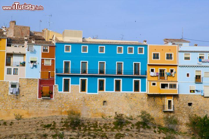 Le facciate colorate delle case di la vila joiosa - Facciate di case colorate ...