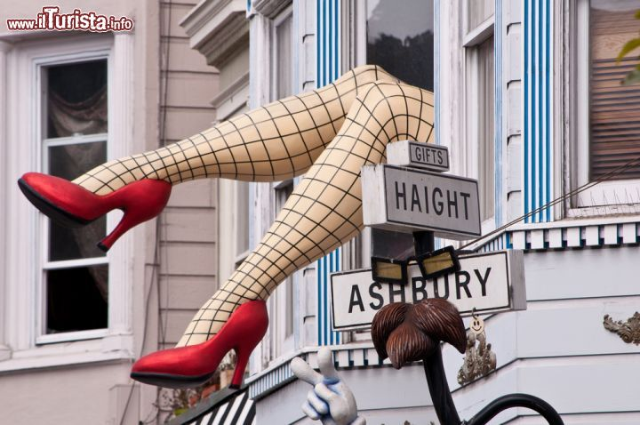 Immagine Le grandi gambe visibili all'incrocio di Haight e  Ashbury Street a San Francisco