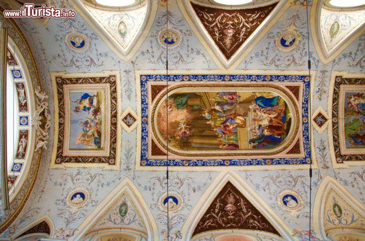 Soffitto A Volta Affrescato : Lelegante soffitto affrescato della chiesa foto noto