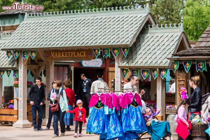 Immagine Shopping a tema Frozen al Marketplace di Disneyland Paris, in Francia