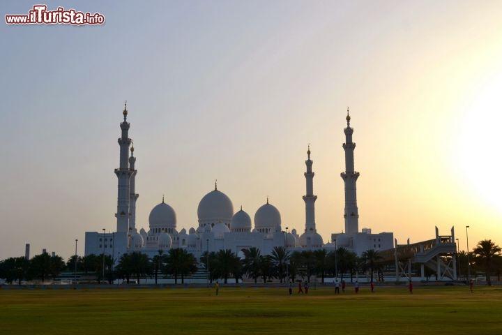 La vista della grande moschea di abu dhabi al foto for Al manzool decoration abu dhabi