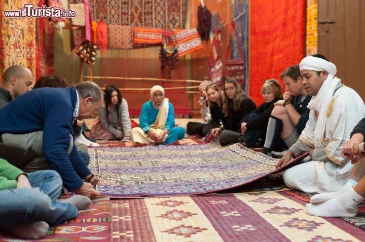 Negozio di tappeti in centro, in un souk di Ouarzazate ...  Foto Ouarzazate