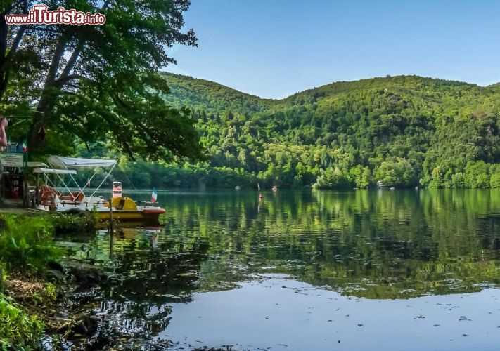 Il noleggio dei pedal sul lago piccolo foto monticchio for Noleggio di cabine per lago